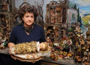 Margarete Kölbl mit Fatschenkind vor neapolitanischer Krippe